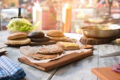 Пирожки бургера на деревянной доске Стоковые Фотографии RF