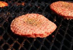 Пирожки гамбургера жаря на внешнем барбекю Стоковые Фото