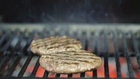 Пирожки гамбургера подготавливают для партии барбекю на праздничных выходных на гриле josper сток-видео