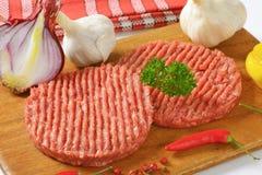 пирожки гамбургера сырцовые Стоковое фото RF