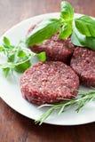 Пирожки сырого мяса на плите Стоковое Фото