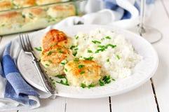 Пирожки цыпленка испеченные при соус сметаны, который служат с рисом Стоковая Фотография RF