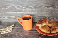 Пирожки Zharennye и зеленый чай с herbares стоковое изображение