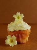 пирожне украсило первоцвет цветков свежий Стоковые Изображения RF