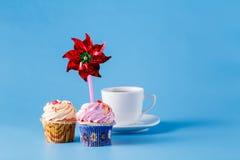 2 пирожного на голубой предпосылке с whirligig Стоковая Фотография RF