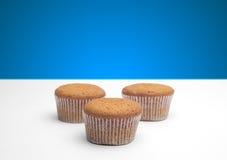 3 пирожного на деревянном столе Стоковое Изображение RF