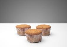 3 пирожного на деревянном столе Стоковое Изображение