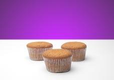 3 пирожного на деревянном столе Стоковая Фотография