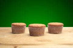 3 пирожного на деревянном столе Стоковые Фото