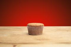 3 пирожного на деревянном столе Стоковые Изображения