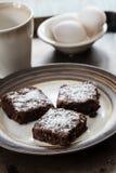 3 пирожного на плите с яичками и кружкой кофе Стоковое Изображение