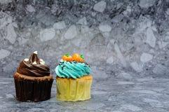 2 пирожного на серой предпосылке Стоковая Фотография RF