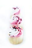 3 пирожного дня валентинок в ряд на белой плите Стоковое Фото