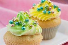 2 пирожного с желтым и зеленым buttercream Стоковые Изображения RF