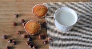 2 пирожного с завалкой фундука и чашкой молока Стоковое Изображение RF