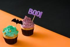 2 пирожного хеллоуина на черной и оранжевой предпосылке Стоковое Изображение RF
