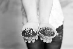 2 пирожного шоколада в руке childs Стоковое фото RF