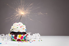 Пирожное бенгальского огня дня рождения Стоковое Изображение RF