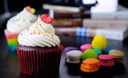 Пирожное валентинки шоколада с красным сердцем на верхней части Стоковые Изображения RF