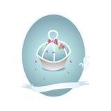Пирожное в белом и голубом с розовыми лепестками цветка Стоковое Изображение