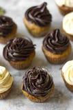Пирожное дня рождения при шоколад замораживая на верхней части стоковые изображения rf