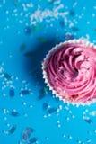 Пирожное зефира на голубой предпосылке стоковые изображения