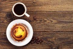 Пирожное и кофе на деревянном столе Стоковые Изображения RF