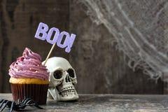 Пирожное и тыква хеллоуина на деревенской деревянной предпосылке стоковые фото
