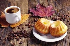Пирожное, кофе и листья осени Стоковое Изображение