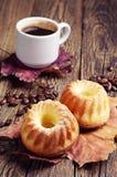 2 пирожное, кофе и листья осени Стоковые Фотографии RF