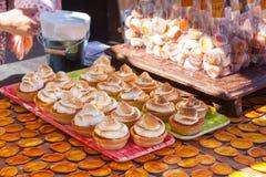 Пирожное меренги абрикоса для продажи на Apcicot справедливом в Porreres, Мальорке стоковое изображение rf