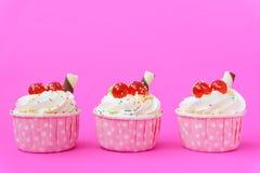 Пирожное на розовой предпосылке Стоковые Фотографии RF