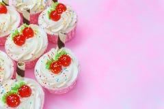 Пирожное на розовой предпосылке Стоковое Изображение RF