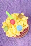 Пирожное дня рождения с зеленой свечой Стоковые Фото
