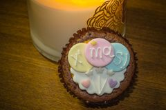 Пирожное покрыло с симпатичными украшениями рождества во время фестиваля рождества Стоковые Изображения