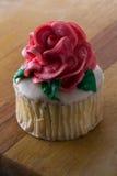 Пирожное покрытое с розой Стоковая Фотография RF