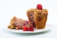 Пирожное при свежая поленика изолированная на белизне Булочка на плите с ягодами Стоковые Изображения