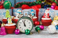 Пирожное рождества при покрашенный пингвин украшений сделанный от mastic кондитерскаи Стоковые Фотографии RF