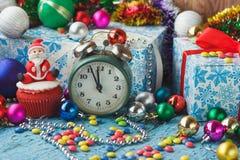 Пирожное рождества с покрашенными украшениями Сантой сделанным от mastic кондитерскаи Стоковое Изображение
