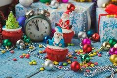 Пирожное рождества с покрашенными украшениями Сантой сделанным от mastic кондитерскаи Стоковое Фото