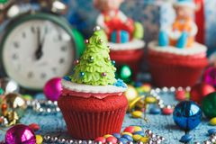 Пирожное рождества с покрашенными украшениями Стоковое Фото