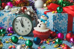 Пирожное рождества с покрашенными украшениями Стоковое фото RF