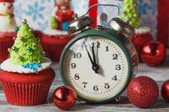 Пирожное рождества с покрашенными украшениями Стоковое Изображение