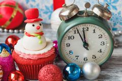 Пирожное рождества с покрашенными украшениями Стоковые Изображения RF