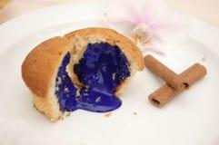 Пирожное с голубой сливк Стоковое Изображение
