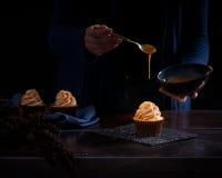 Пирожное с капанием карамельки от ложки Стоковое Изображение