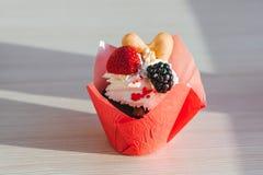 Пирожное с клубникой и сливк и ягодами ежевики Стоковое фото RF