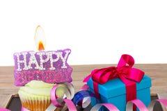 Пирожное с свечой с днем рождения и подарочной коробкой Стоковые Изображения RF