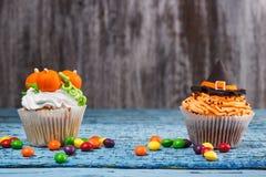 Пирожное хеллоуина с покрашенными украшениями Стоковое Изображение RF