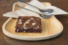 Пирожное шоколада миндалины темное на деревянном блюде Стоковое Изображение